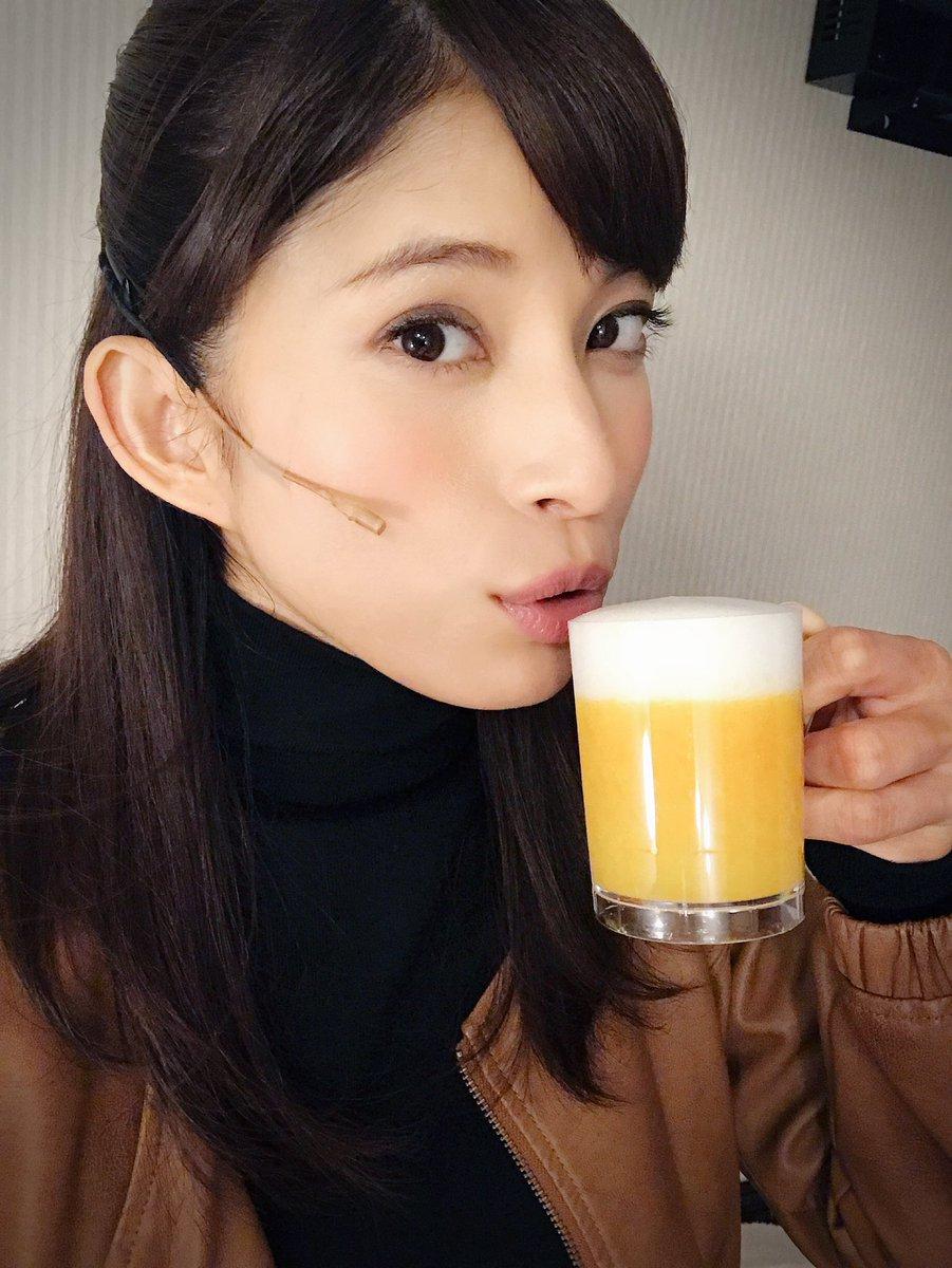 ビールを持った上原多香子